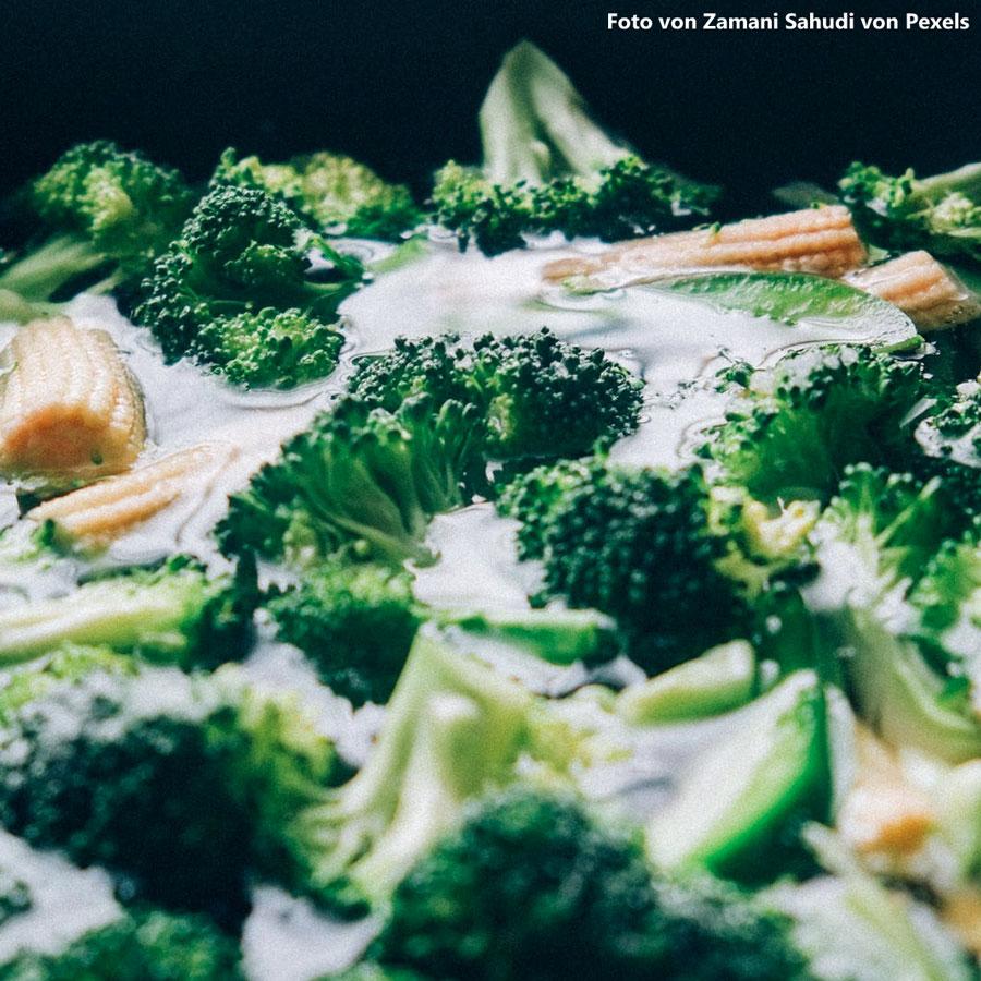 Gemüsepfanne mit Salat
