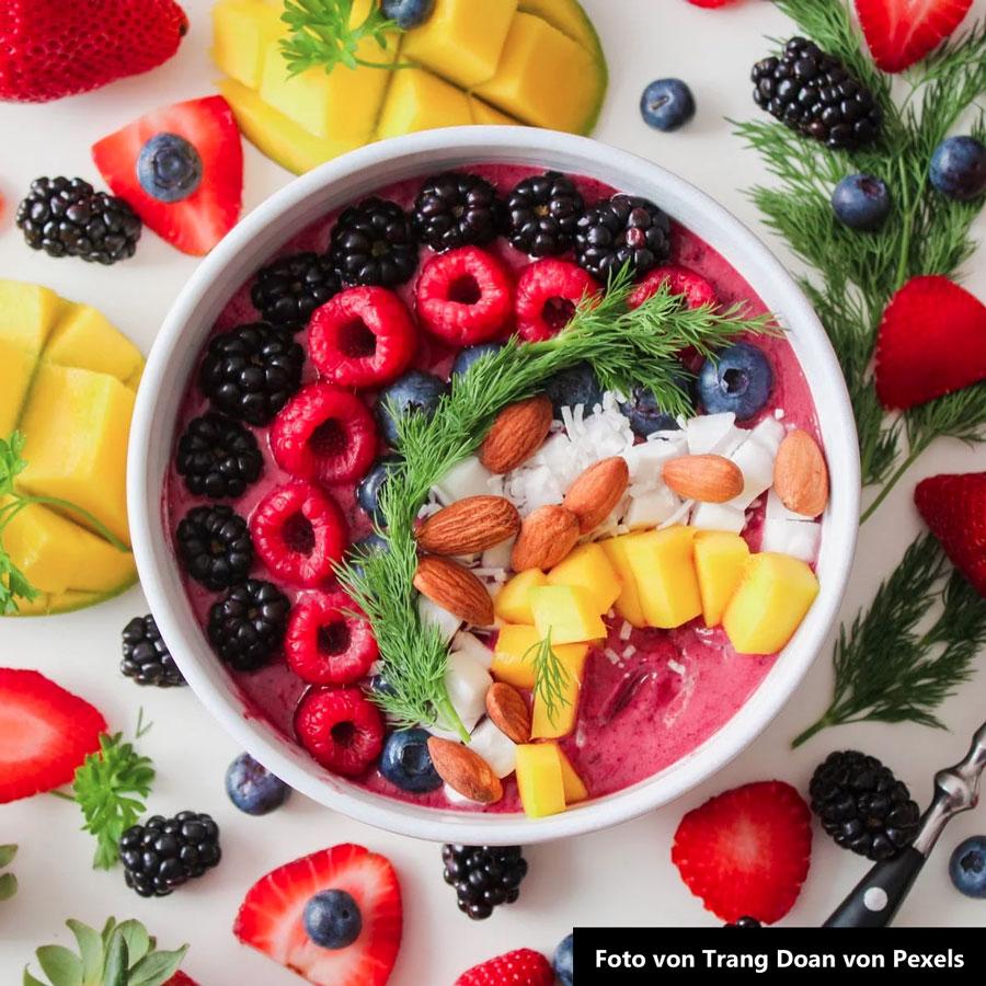 Küchenmesser für das Zubereiten von Obstsalat zum Dessert